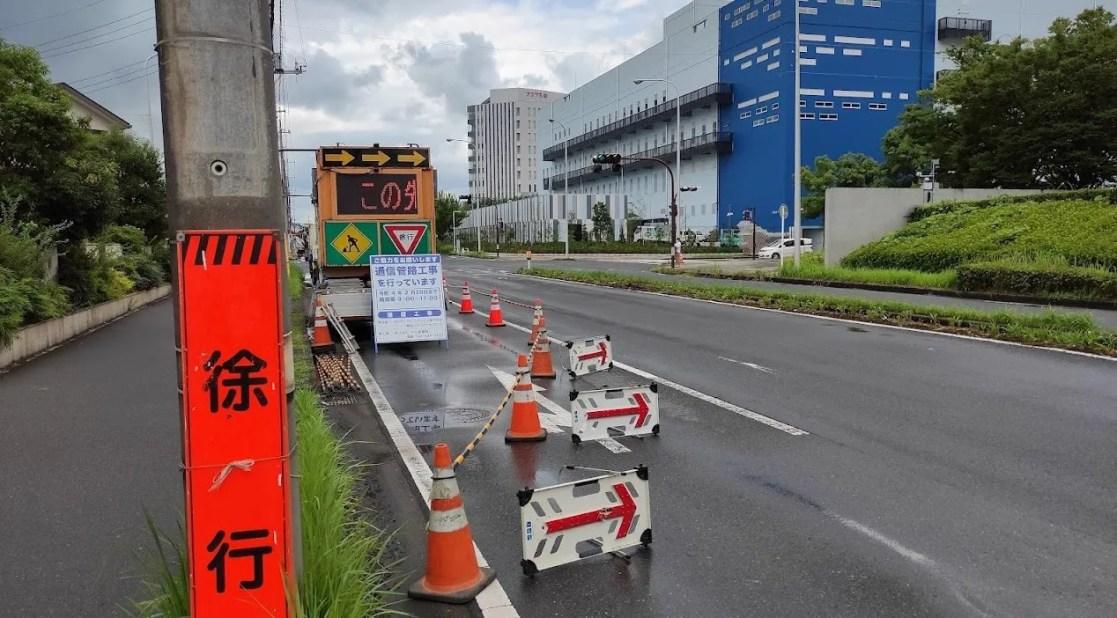 「ビッグハウス」さん前の車線が、工事の影響で減少しています。03
