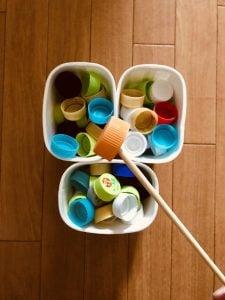 【高齢者(在宅介護)レクリエーション】ヨーグルトの容器と割り箸を使って『90個ペットボトルキャップすくいゲーム』