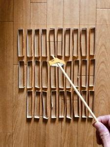 【高齢者(在宅介護)レクリエーション】割り箸を使って『カロリーメイトの空き箱すくいゲーム』