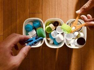 利き手と逆の手で洗濯バサミとヨーグルトの容器を使って『90個ペットボトルキャップつかみゲーム』【高齢者(在宅介護)レクリエーション】