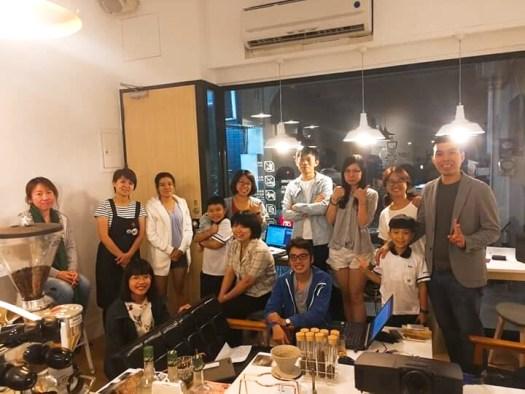 解開在公司設立地點彰化市講課的成就,在咖啡館上課好浪漫!今夜,彰化好多厲害店家的老闆和老闆娘,難得齊聚一堂。(2019/10/17 @ 白色方塊咖啡&工作室)