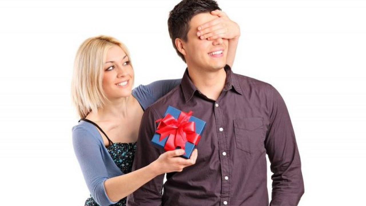 1 an de întâlniri de cadouri pentru ea)