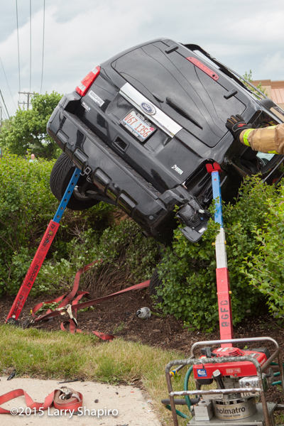 rescue jacks secure car after crash
