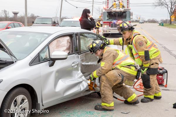 Firefighter uses Holmatro spreader at crash