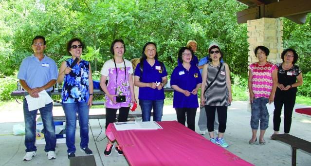 芝城名指揮家歐純妃老師帶領的客家山歌隊演唱《天空落水》和《十八姑娘》等歌曲揭開了野餐會的序幕1 (1)