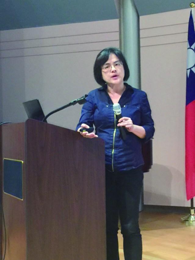 任教於當地高中的劉郁芬老師分享「數位教學僑校主流之差距」
