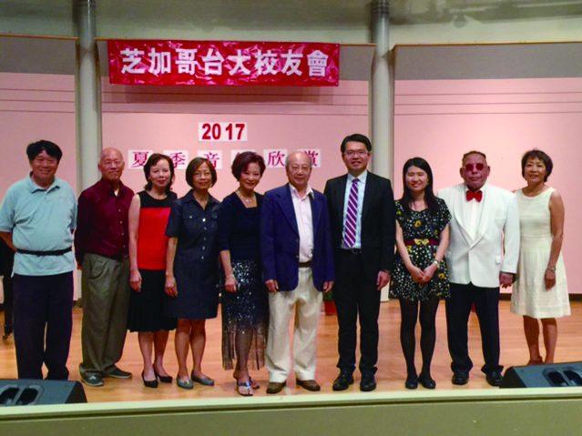 華僑文教服務中心主任王偉讚(右四)副主任賴貞利(右三)和台大校友會理事合影
