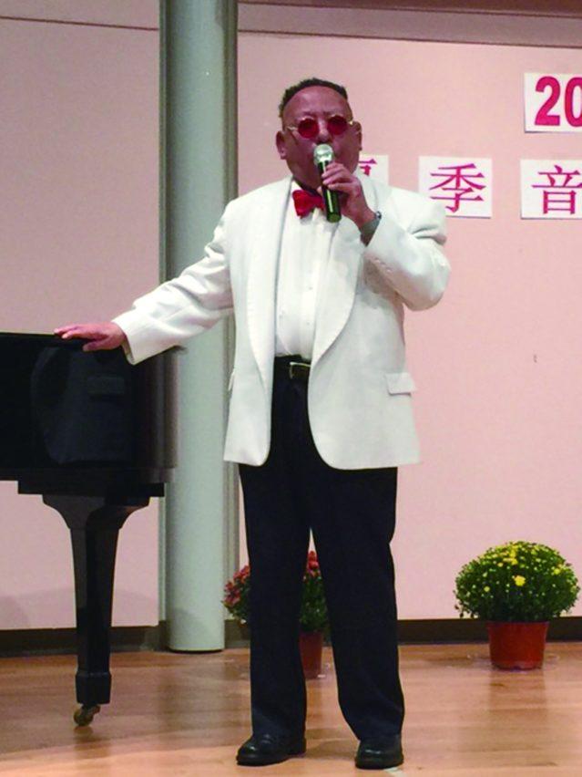 陳尚青鋼琴伴奏、芝城名心臟科吳慕雲醫師演唱兩首膾炙人口的經典老歌《追尋》和《在那遙遠的地方》