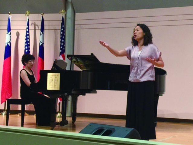 黃玲美鋼琴伴奏、鄭瑞芳演唱淒楚動人的情歌《一棵開花的樹》