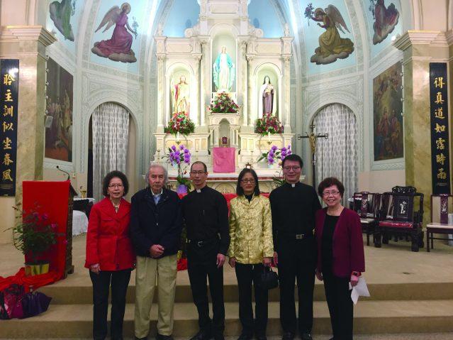 梅德泉神父(中)、父亲梅子坤(左2)、母亲王小雁(右3)、華諮處創辦人黃羅瑞雄(右1)