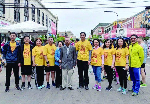 互助會創始者黃德先生,黃于紋董事長與余鵬副總領事合影