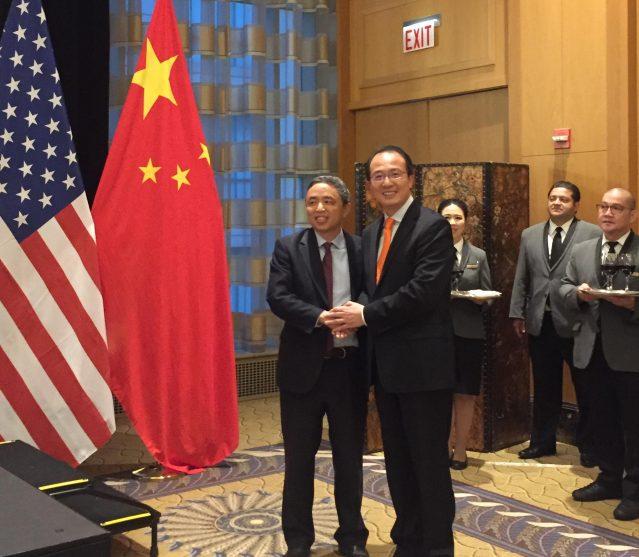 照片十二:萬向美國公司總裁倪頻(左)與洪磊總領事合影