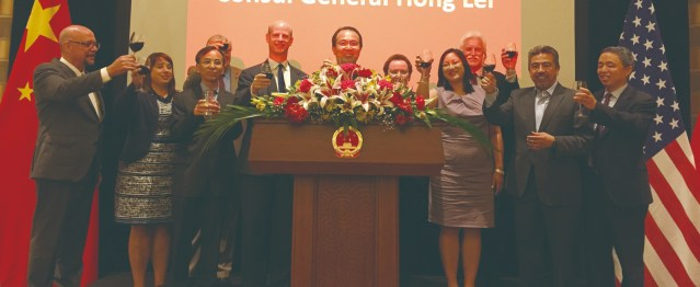 照片十八:洪磊總領事與主流政要祝酒道珍重