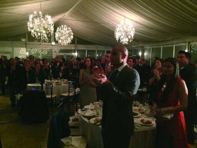 照片五:全場嘉賓起立感謝創始人黃懷德先生所作出的突出貢獻