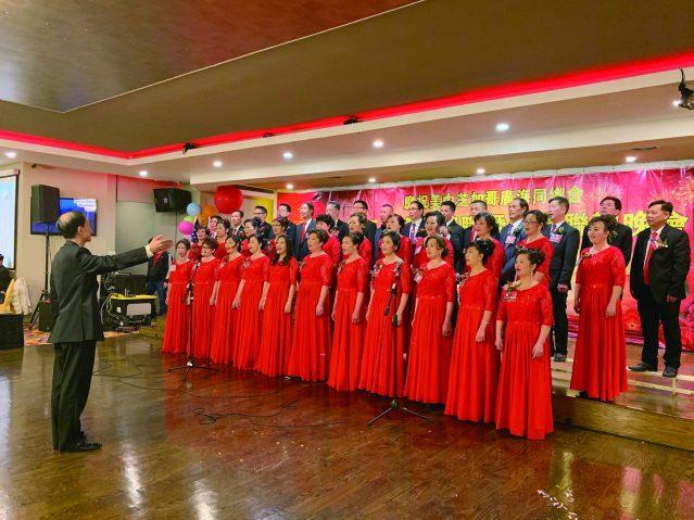 照片二:廣海同鄉會全體職員合唱《我的中國心》(指揮:張傑英先生)