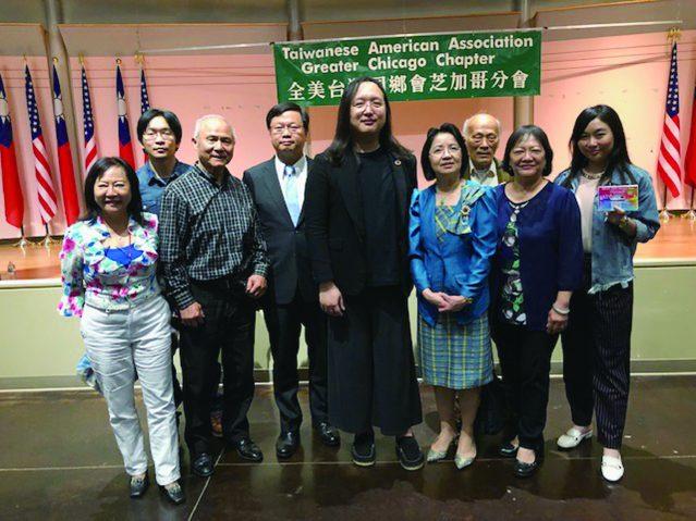 全美臺灣同鄉會芝加哥分會的理事們和唐鳳政委合影