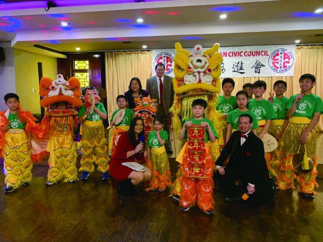照片一:伊州眾議員馬靜儀和美國聯邦助理法官Norris K. Wang與舞獅表演者合影