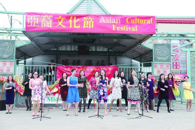 照片七:廣海同鄉會合唱《萬水千山總是情》