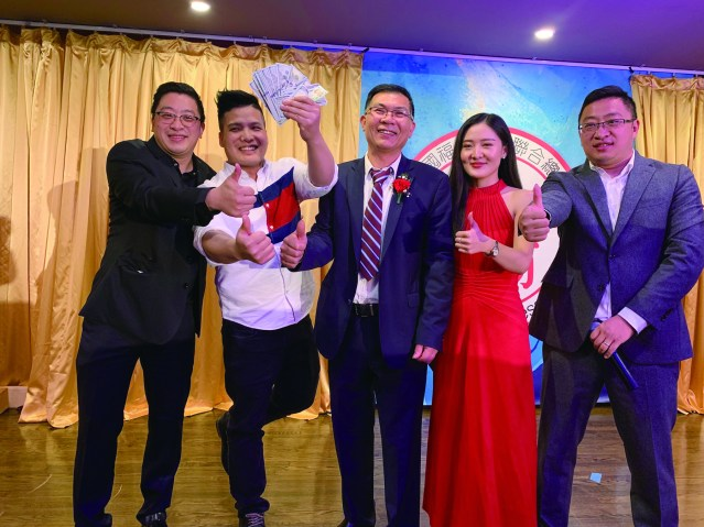 照片二十八:幸運嘉賓(左2)喜獲$2000現金大獎