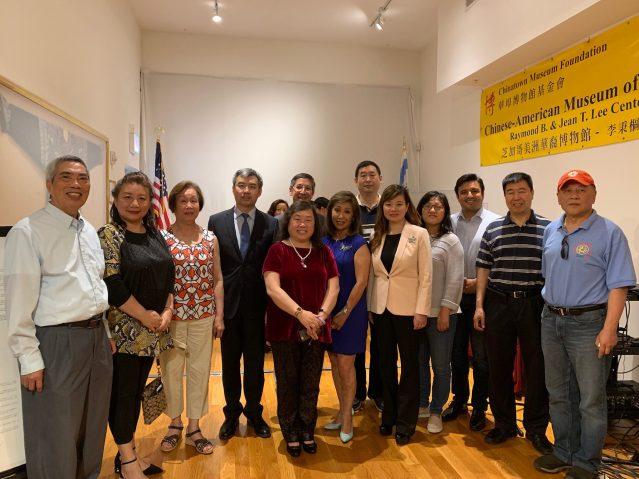 照片八:出席座談會的嘉賓合影:趙建總領事(左4)、Roland Hsu教授(左5)、25區區長盧漢士(右3)、鄭征主席(右5)、前第7電視台華裔主播于小玲(右6)