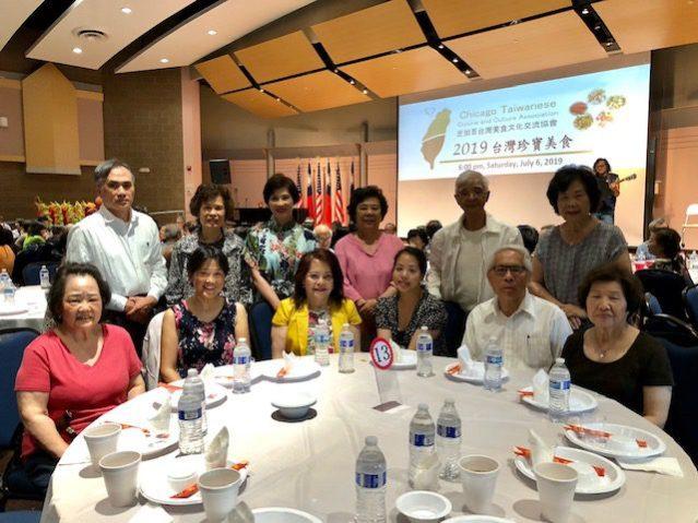 參加「台灣珍寶美食」晚宴的嘉賓們合影,僑務委員項邦珍(前排左三)
