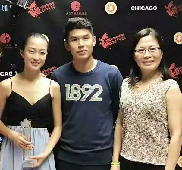 图片8--获奖后与吕皓老师和妈妈合影