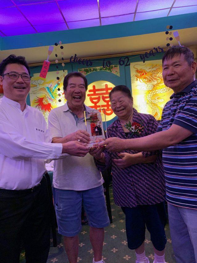 照片二:梅氏總公所主席國棟(左1)、英挺(右1)向忠和元老伉儷贈送紀念品