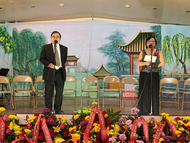 照片十三:演唱會由演唱會由李潤根(左)和陳雪芳(右)共同主持