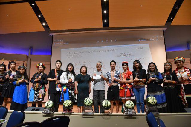 美食文化交流協會會長陳美麗(右八),捐贈5,000美元給LUMA,台灣原聲教育協會領隊車和道(右七)代表接受表達感謝