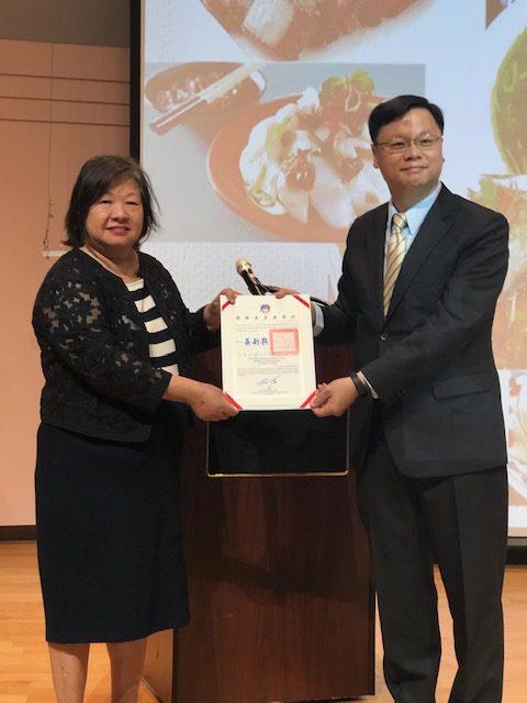 黃鈞耀處長代表僑委會,頒發感謝狀給芝加哥台灣美食文化交流協會的會長陳美麗