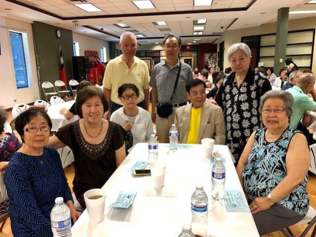 前榮光會會長廉美華(後排左一)及好朋友們到場祝賀