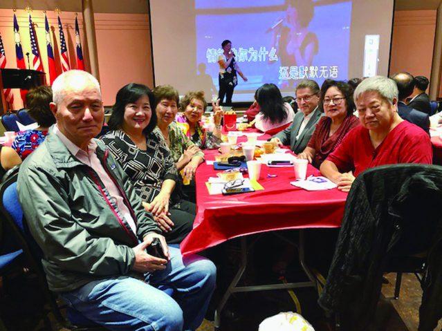 參加中西部北一女中和政大校友會慶祝中秋佳節聯歡晚會的嘉賓們合影,廉美華(左一)郭笑榮(左二)孫先正(左四)