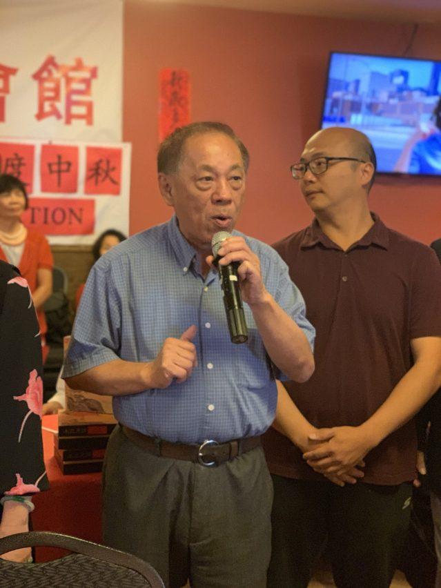 照片一:中華會館行政主任陳炳餘致辭