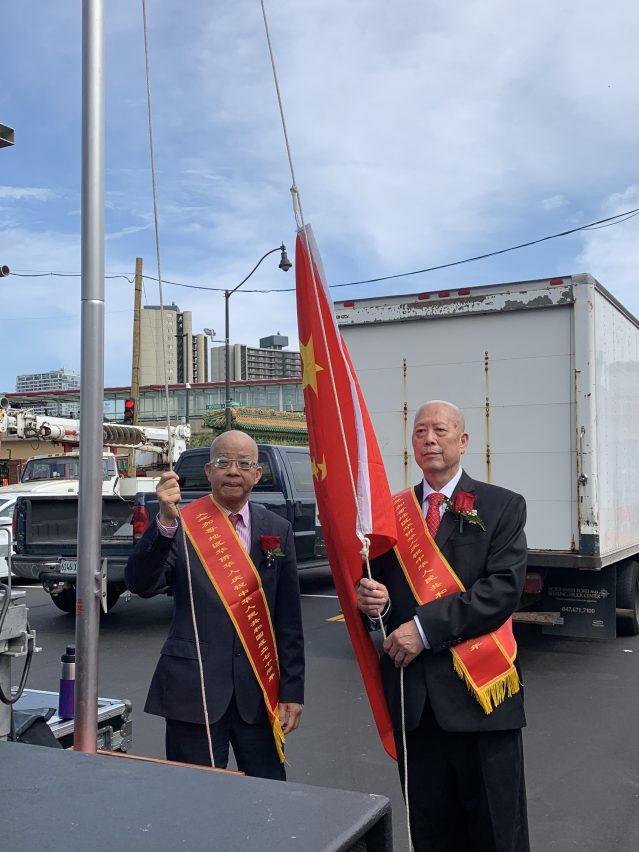 照片三:僑領馬森柱、丘超濂擔任中國國旗旗手