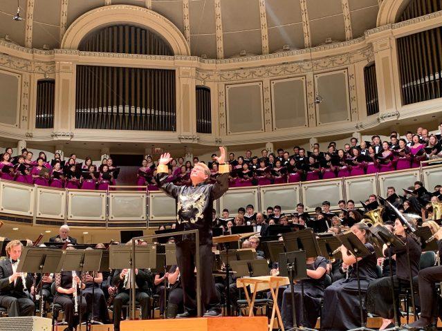 照片十七:大合唱團與管樂團共同演奏《美麗的美利堅》、《長江之歌》和《友誼地久天長》