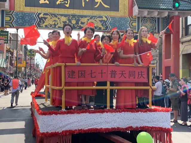 照片十九:汪媽媽上海同鄉會花車 一片紅色海洋十分搶眼