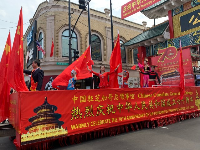 照片十:中國駐芝加哥總領事館花車率先打頭陣
