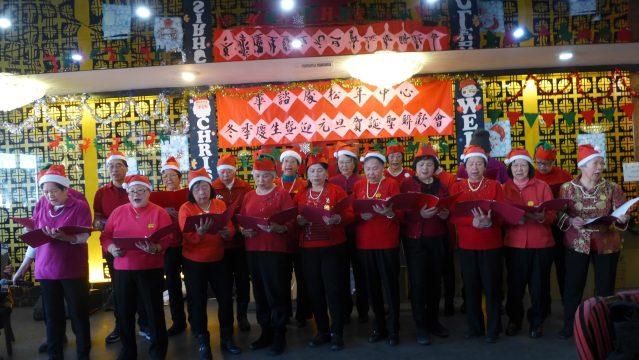 5.松年中心合唱團成員帶來多首節日歌曲