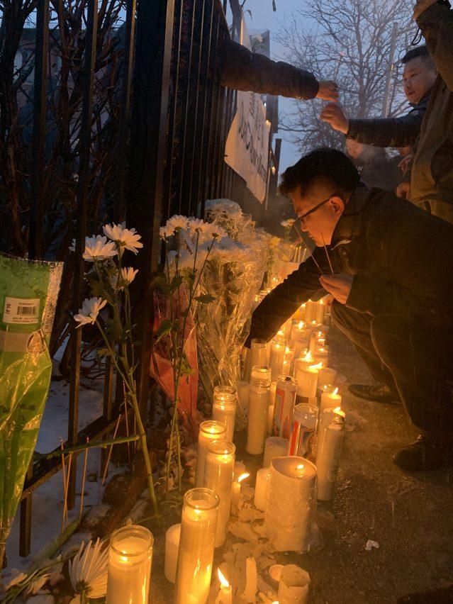 17.大家紛紛點起蠟燭為兩位遇害者哀悼