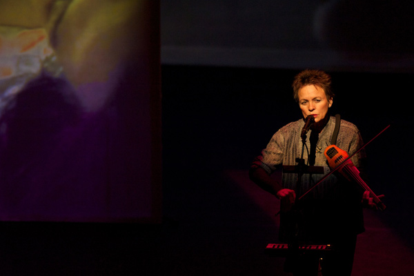Laurie Anderson performing Delusion