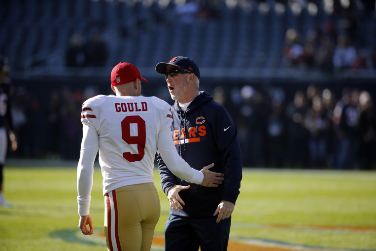 Former Bears kicker Robbie Gould, now on the 49ers, talks to Bears coach John Fox.