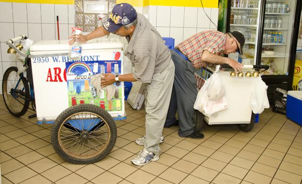 A paletero readies his cart with a good polish.