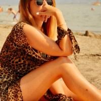 Le Na-kd léopard des plages