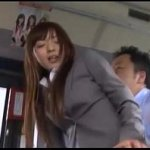 麻倉憂 痴漢のテクニックで抵抗力を失ってバスの後部座席で着衣のままハメられる美少女OL