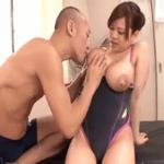 競泳水着の爆乳若妻の揉み搾れば母乳を噴射する乳首に吸い付いてゴクゴク飲むハゲ