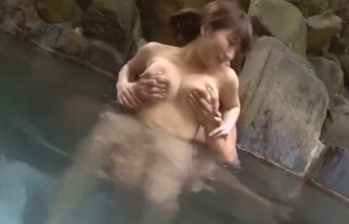露天風呂で美女を美巨乳揉みしだき乳首コリコリ痴漢
