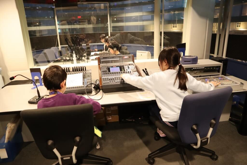 ラジオ局のブースで仕事をする娘3