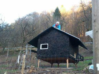 Der Schwiegervater beim Dachdecken