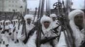 Russia, Moscou - Inverno 1941: Bem equipado contra o frio, soldados ciberianos marcham para o front