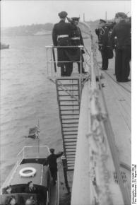 Cerimônia de Comissionamento do encouraçado alemão Bismarck, 24 de agosto de 1940, foto 03 de 10; capitão Ernst Lindemann vindo a bordo